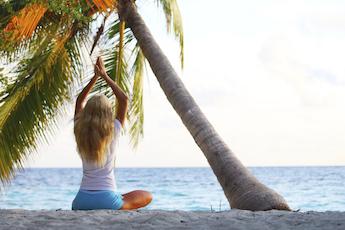 التخلص من القلق والتوتر من خلال ممارسة اليوغا والتنفس.