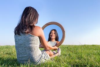 !جلسة تأمل المرآة: تجربة غنية بالمعلومات عن الذات